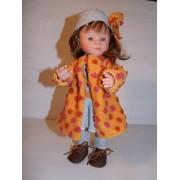 Marietta dans son manteau orange
