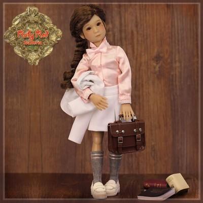Poupée Betty écolière uniforme blanc 30 Cm
