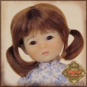 Perruque brune à 2 nattes pour poupée Ten Ping